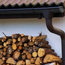Open haard hout na opgeslagen na rooien boom